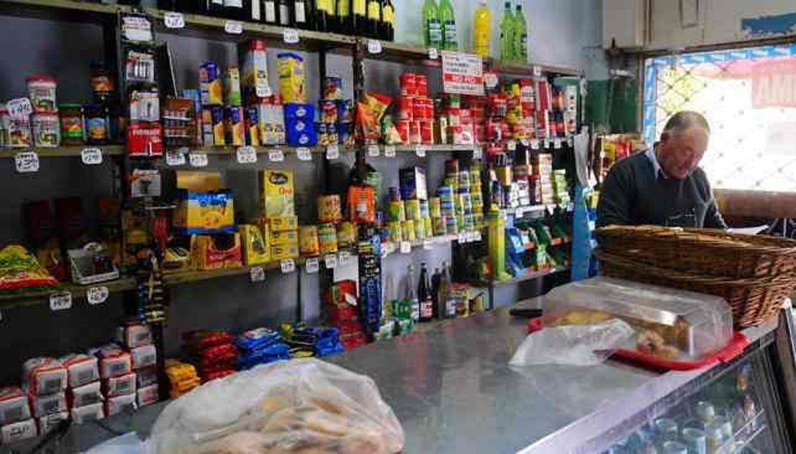 Los consumidores dejaron el almacén y priorizan las compras en las grandes cadenas de supermercados.