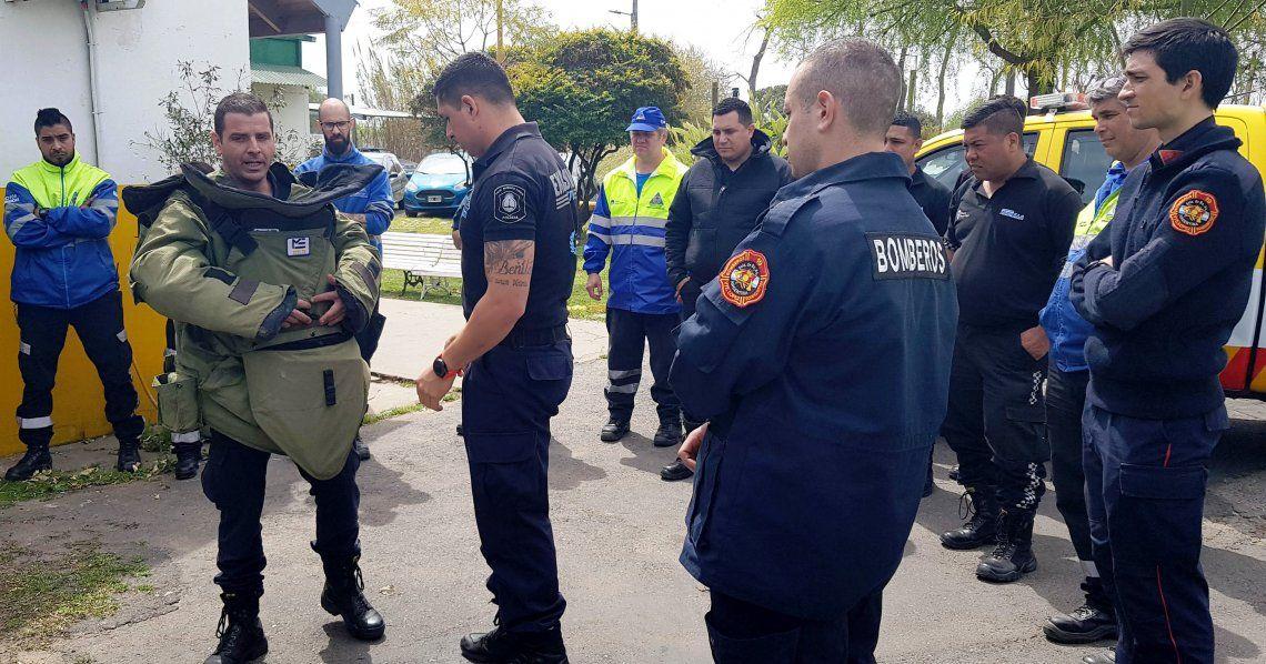 Los miembros de Defensa Civil junto a la delegación de Explosivos de la Provincia de Buenos Aires.