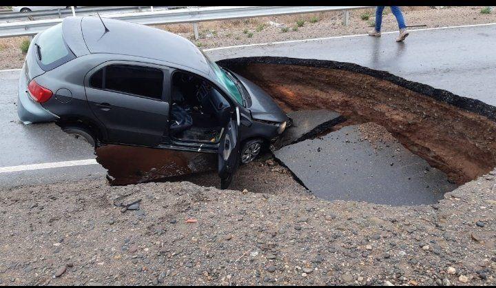 Neuquén: pavimento en la ruta 7 cedió y se tragó un auto