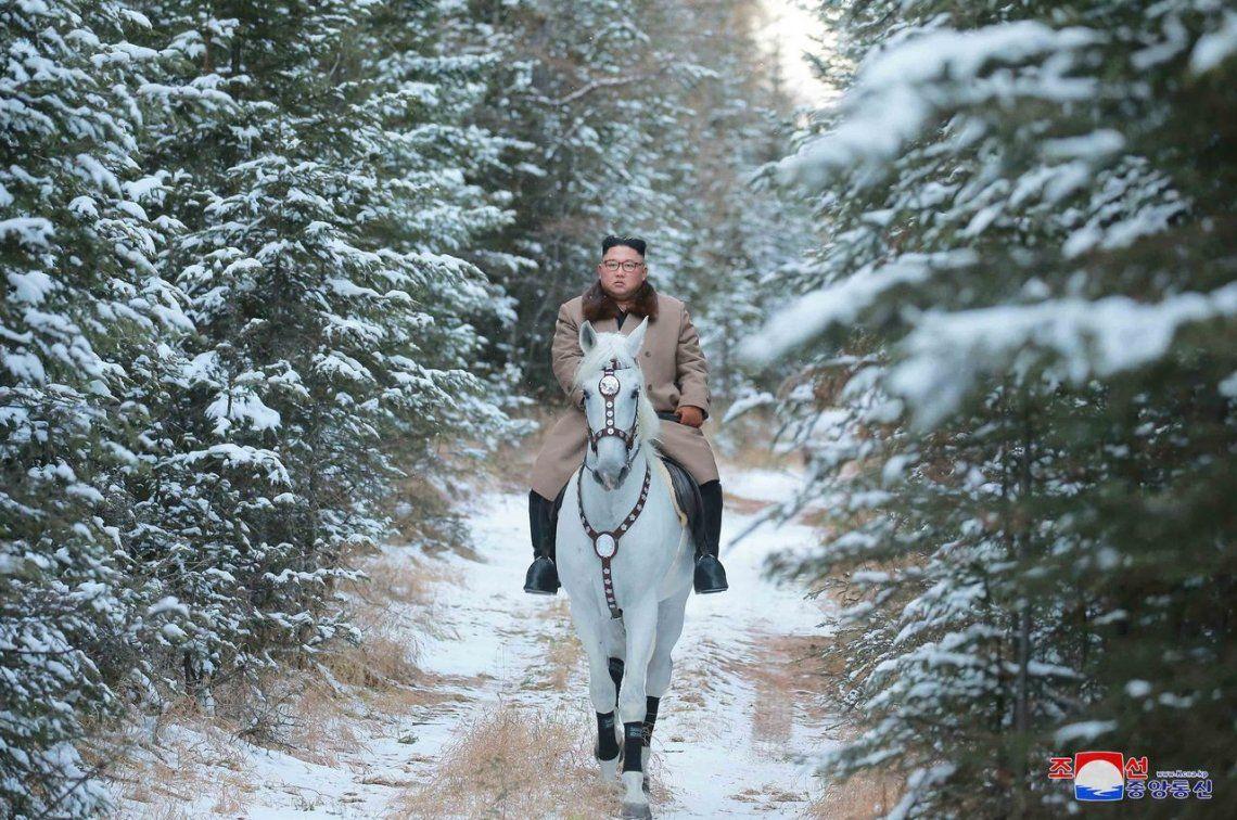 ¿Mensaje inminente?: Kim Jong-Un a caballo blanco por el monte Paektu