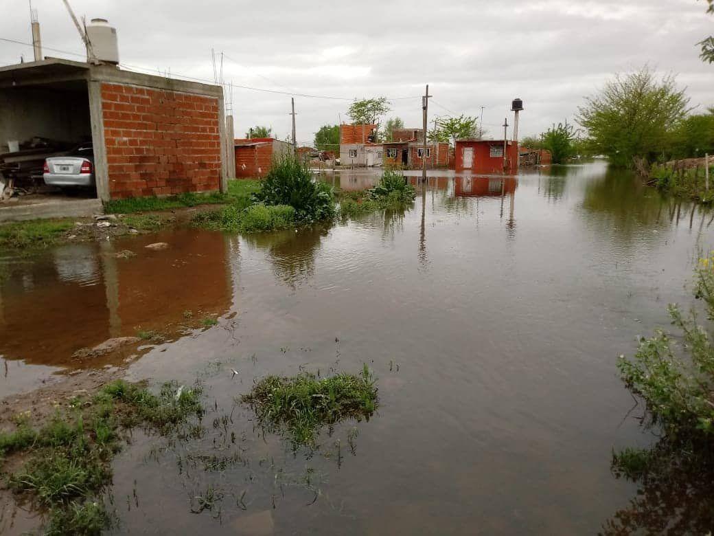 El agua no cede y crece el número de evacuados en Esteban Echeverría