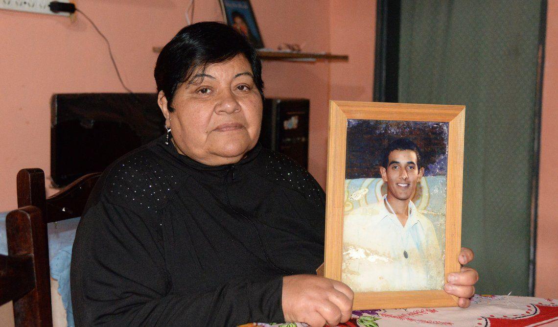 Alicia posa con la foto de su hijo asesinado. No se dejó vencer por la tristeza y transformó su dolor en solidaridad.