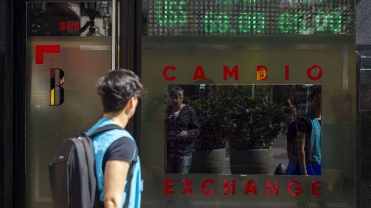 El dólar cerró la semana en alza y bajó el blue