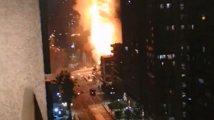 Voraz incendio en un edificio durante las protestas por aumentos del transporte
