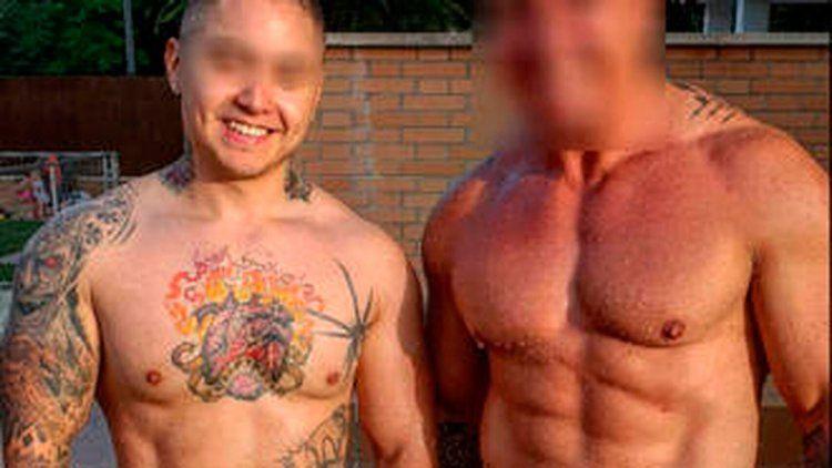 El tatuador, a la izquierda