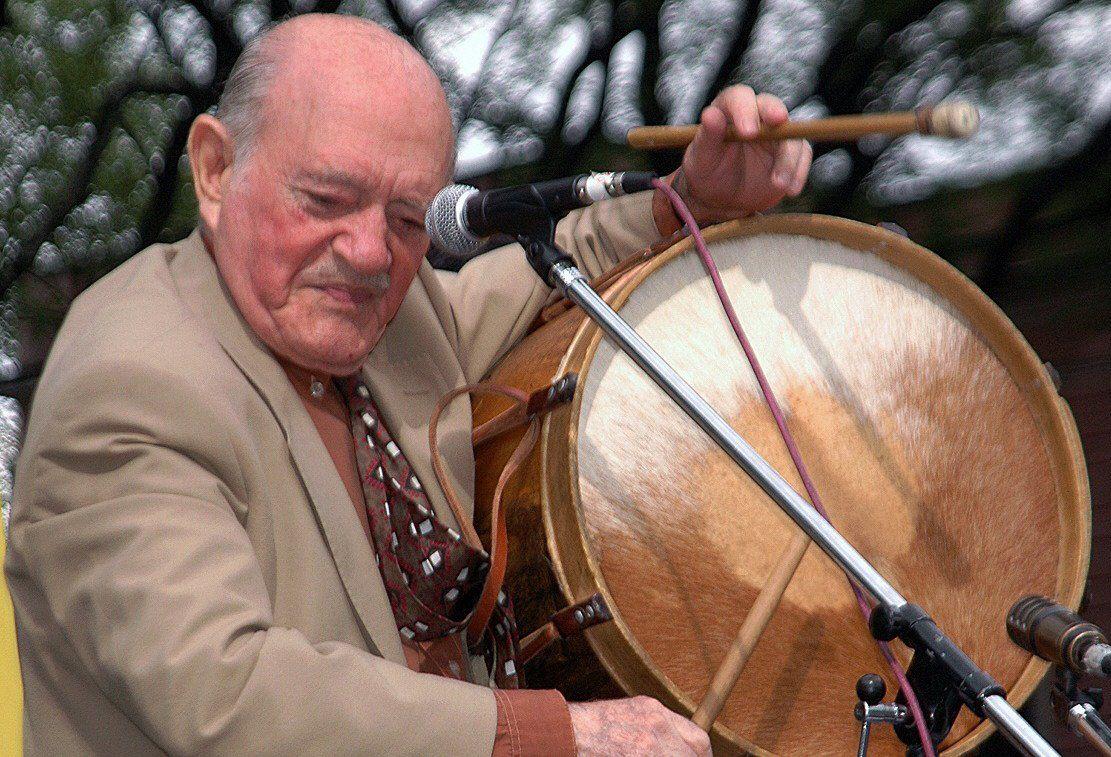 Nació en 1922 en una familia de músicos.