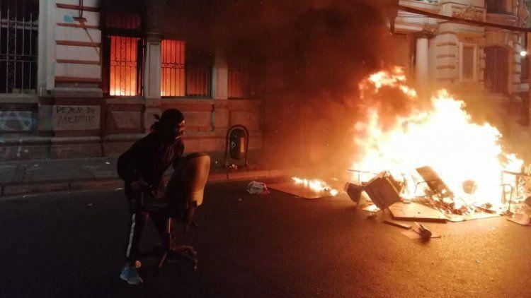 Pese al toque de queda, siguen las protestas e incendiaron El Mercurio