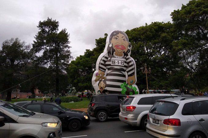 Debate presidencial: instalaron un inflable de Cristina Kirchner presa frente a la facultad de Derecho