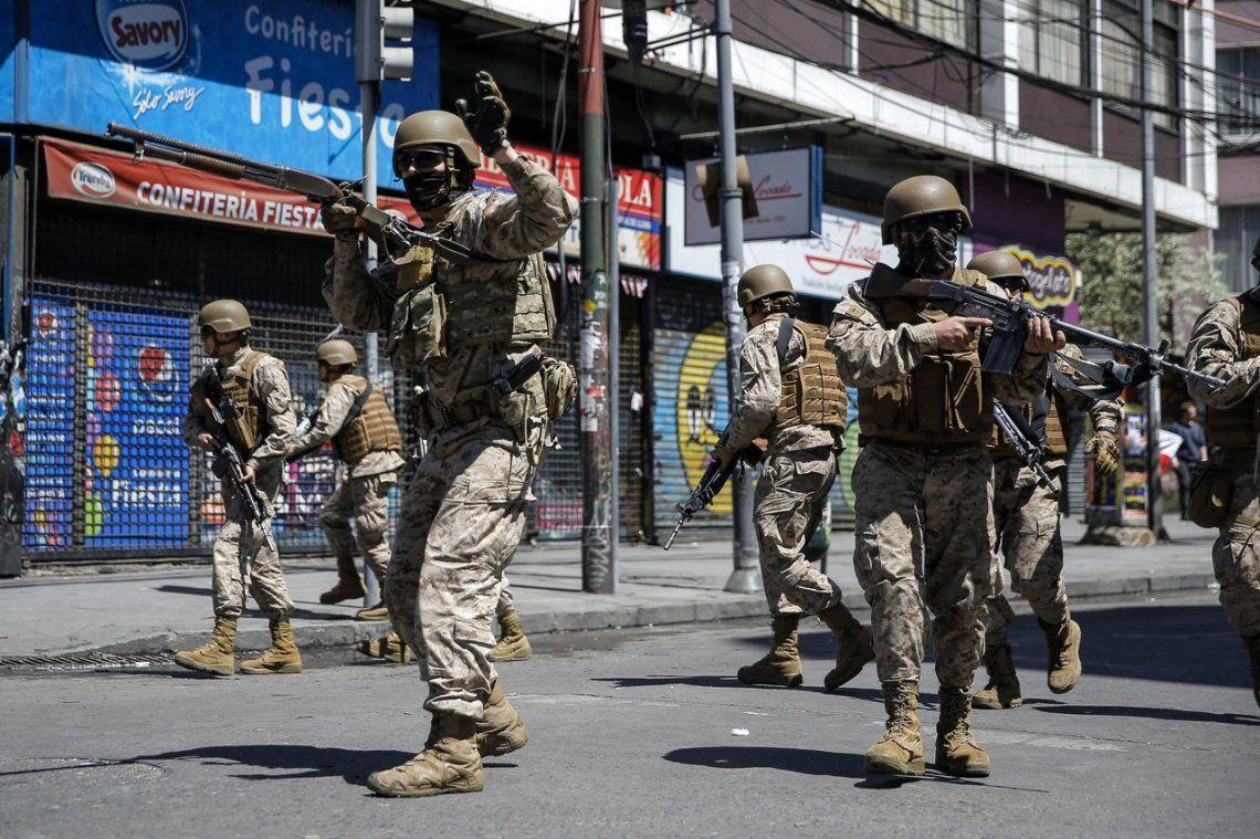 Chile: una multitud copó las calles durante el tercer toque de queda en Santiago