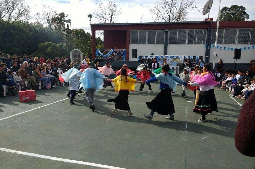 La escuela tiene proyectos artísticos y mucha participación de la comunidad en cada acto.