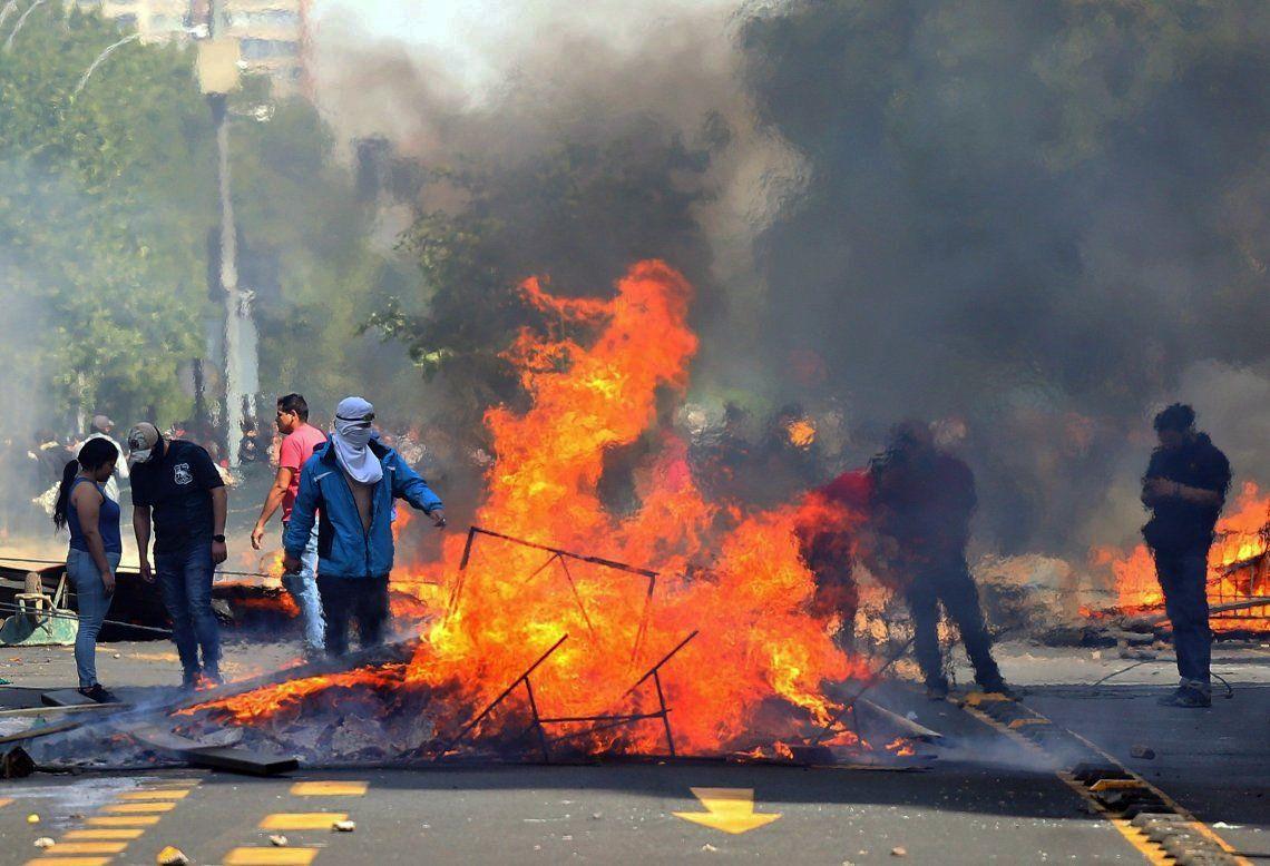 Las protestas por el aumento de los pasajes del subterráneo continuaron ayer en Santiago de Chile.