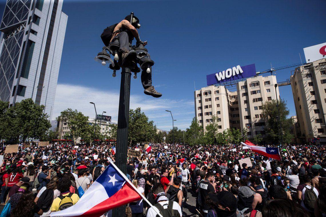 Crisis en Chile: una semana con 19 muertos, denuncias de torturas y violaciones y medidas de retroceso de Sebastián Piñera