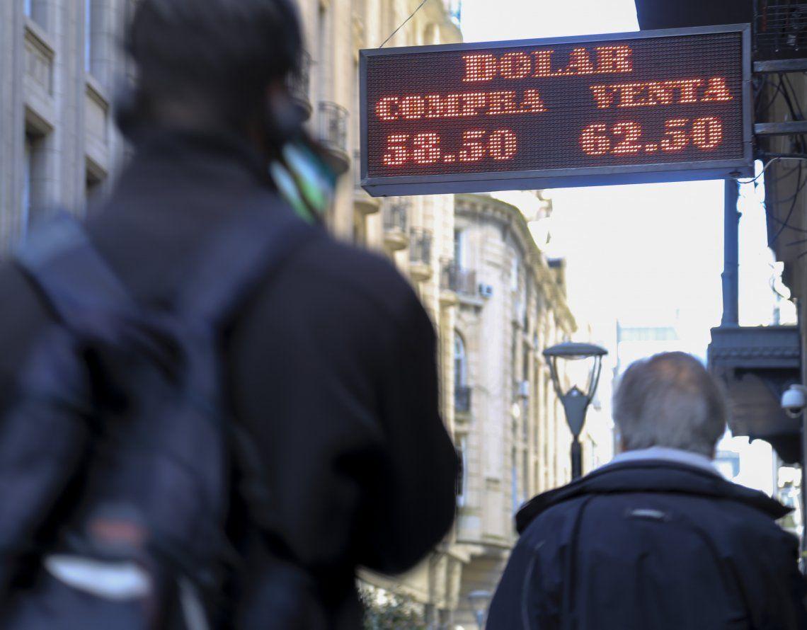 Dólar hoy: el oficial se disparó y cerró a $61,50