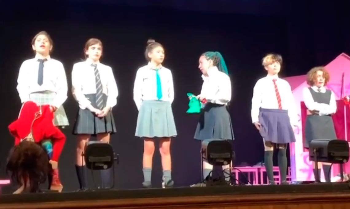La emocionante arenga a la rebelión popular de una adolescente chilena durante una obra teatral