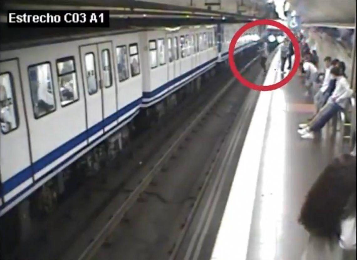 Video dramático: por mirar su celular, cayó a las vías del subte frente a una formación en movimiento