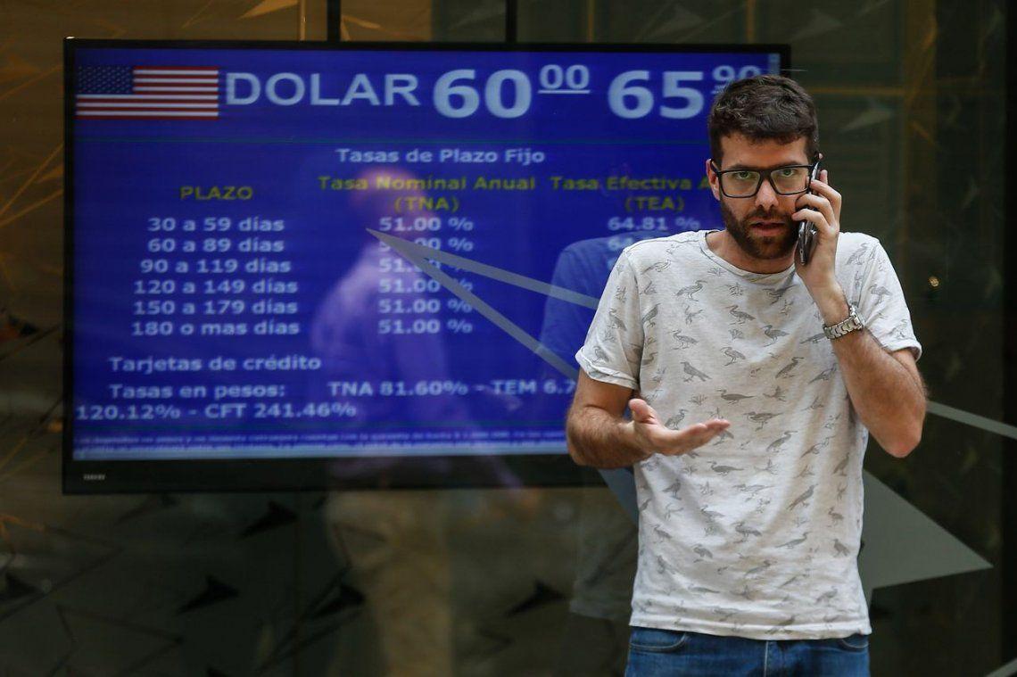 El dólar oficial sigue estable en $62,25 pero se disparó el blue por encima de los $69