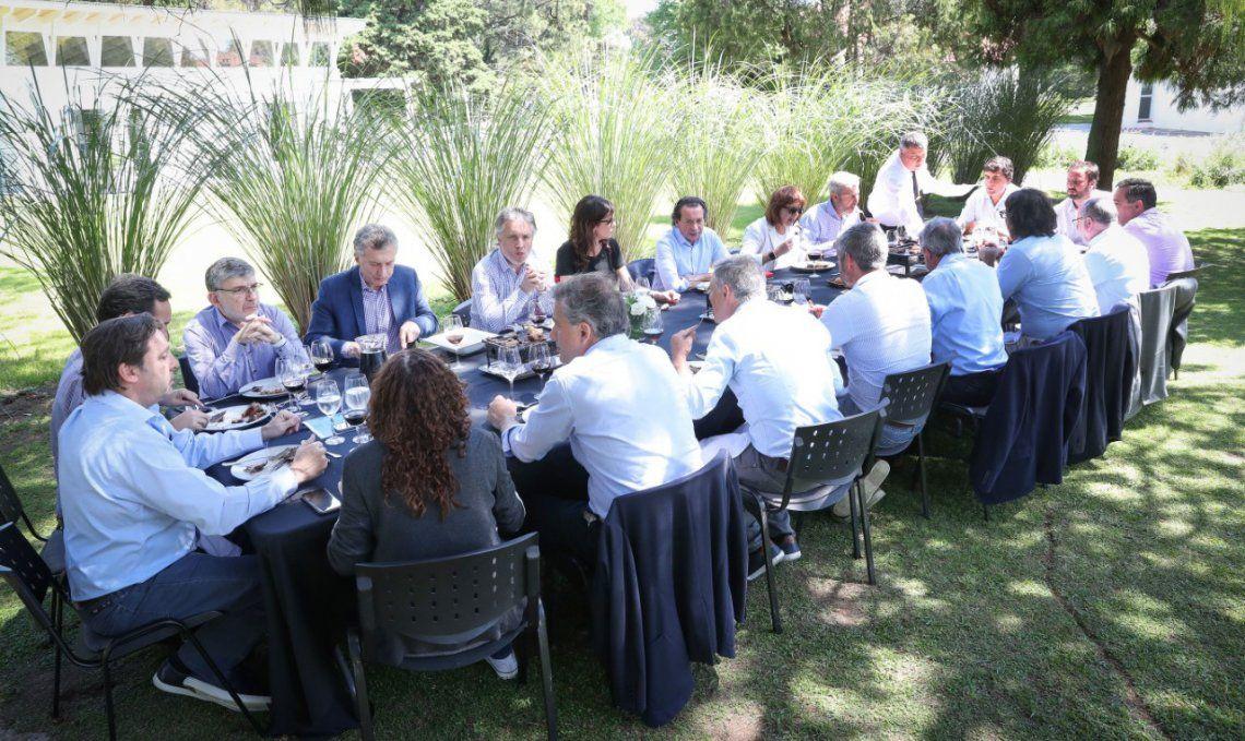 El Presidente compartió ayer un almuerzo con sus colaboradores en los jardines de Olivos.