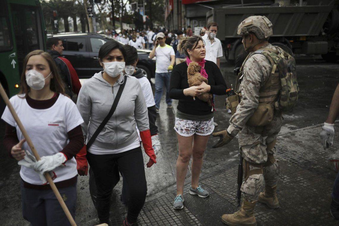 Crisis en Chile: Santiago vuelve a la calma tras la histórica marcha y voluntarios ayudan a limpiar las calles