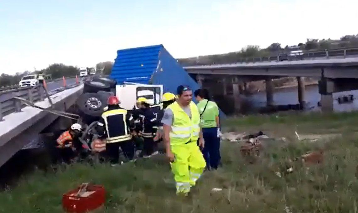 Milagro en la Ruta 9: un camión cayó del Puente Arrecifes y el conductor fue rescatado
