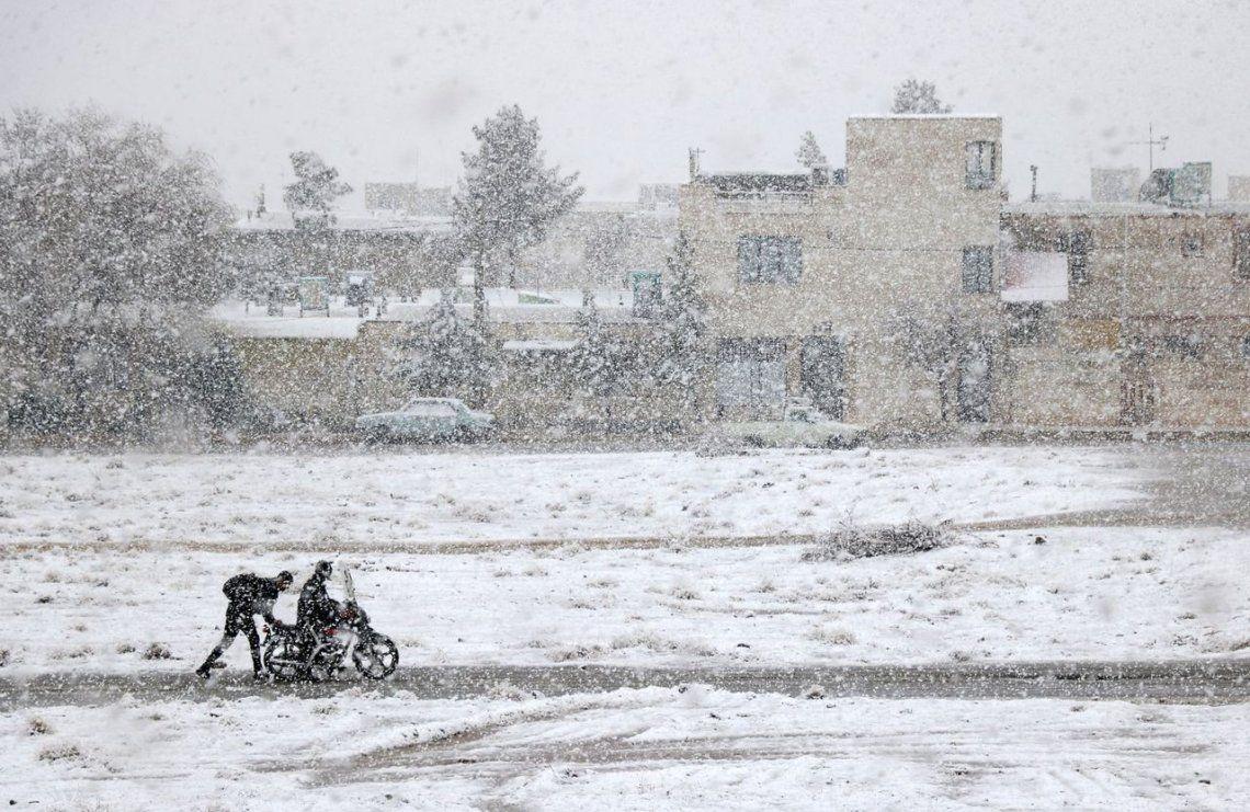 Motocicleta atrapada en la nieve