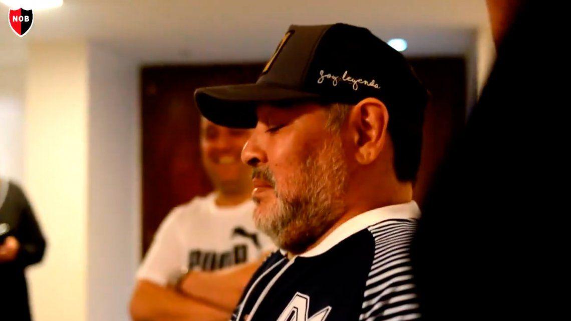 Diego Maradona se emocionó con un regalo que le hizo la dirigencia de Newells
