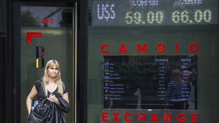 La caída del dólar se dio en medio de un mercado de cambios prácticamente paralizado por la vigencia del cepo.