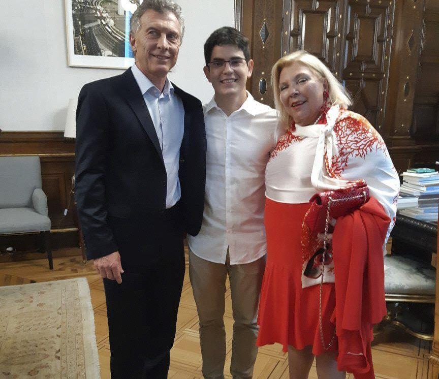 La diputada Elisa Carrió estuvo en la Rosada para despedirse del Presidente junto con su hijo.