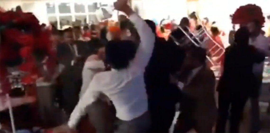 Video viral | Impresionante batalla campal en medio de fiesta de casamiento