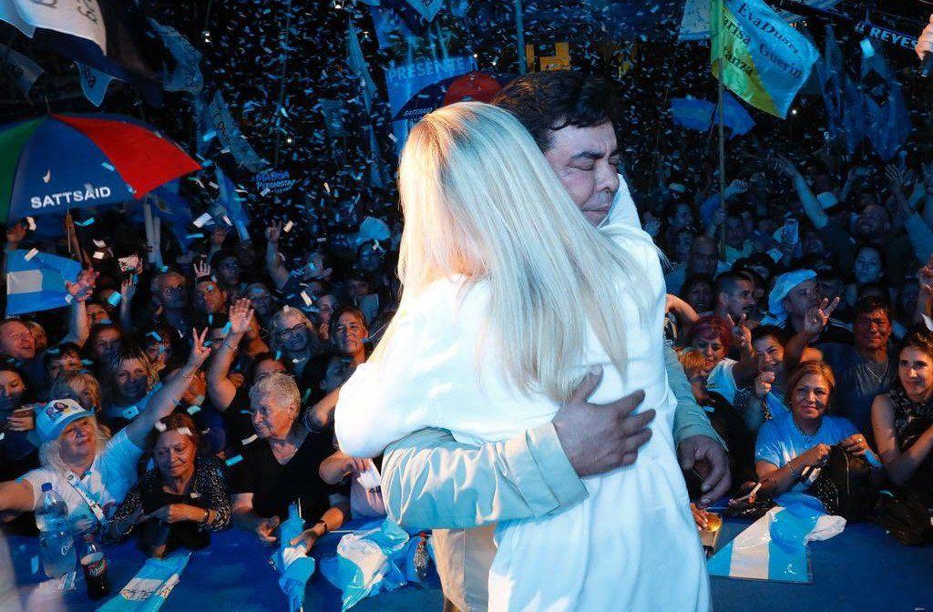 Espinoza abrazado a Magario
