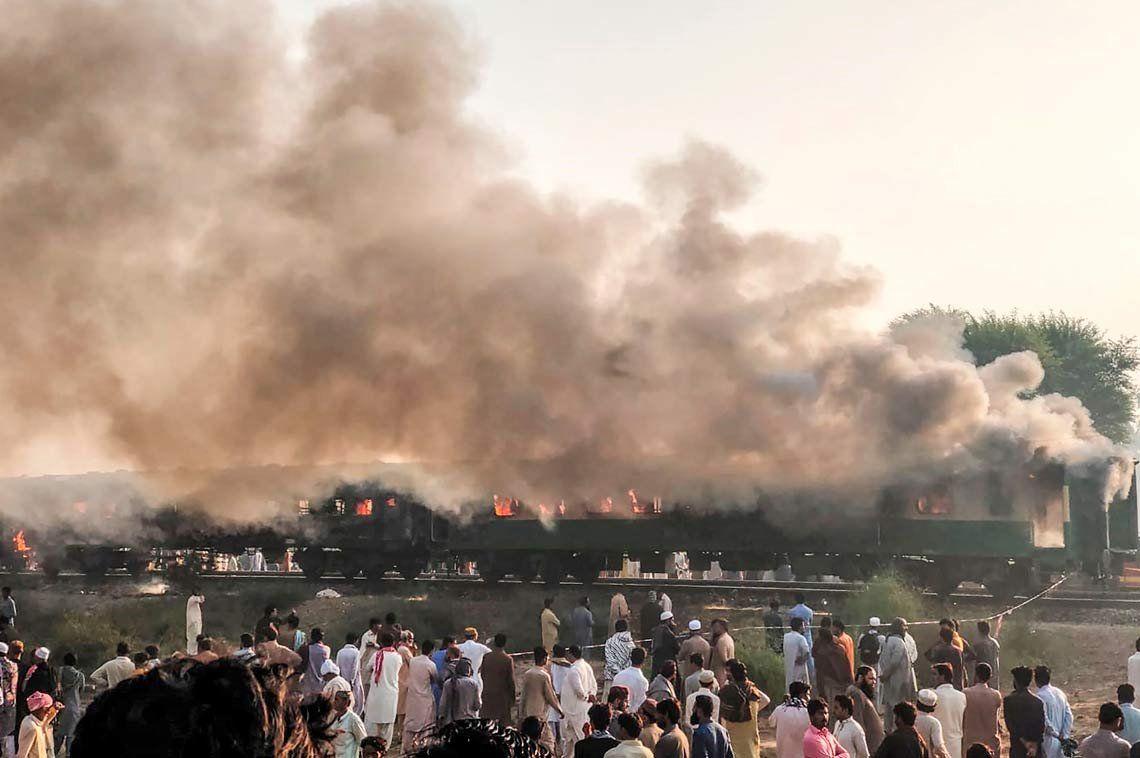 Se incendió un tren de pasajeros en Pakistán: 73 muertos