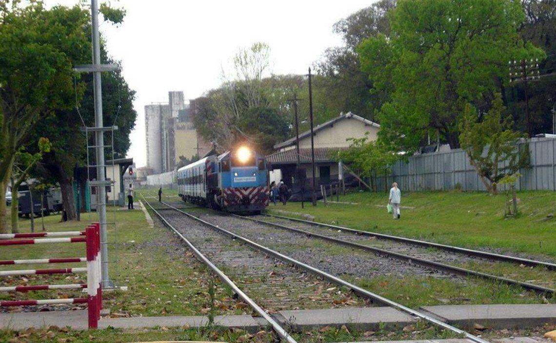Un tren saliendo de San Justo hacia Haedo