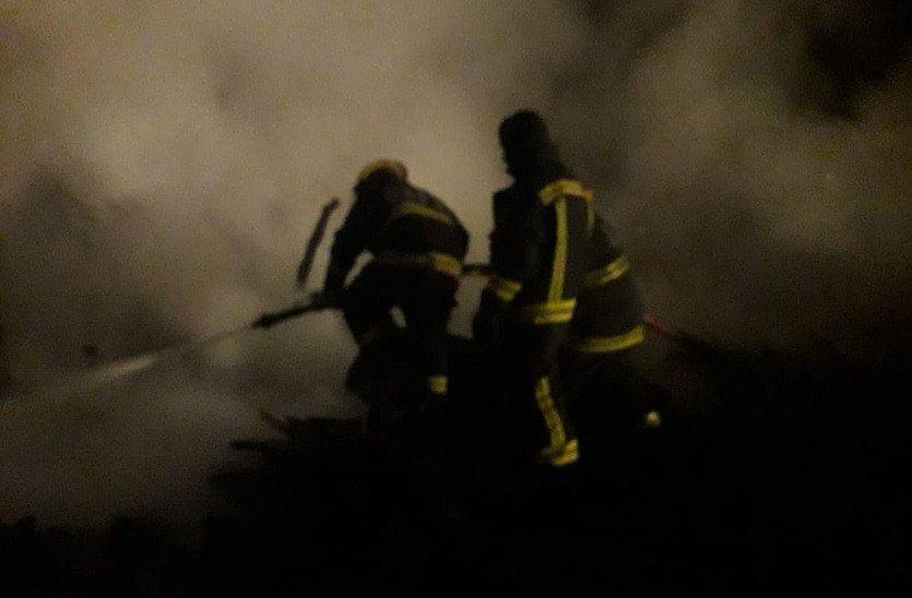 El fuego habría sido originado por una vela que dejaron encendida por falta de luz.