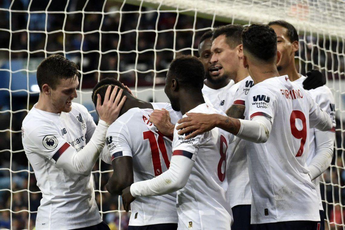 El Liverpool pega una remontada en los últimos minutos ante el Aston Villa y mantiene la punta