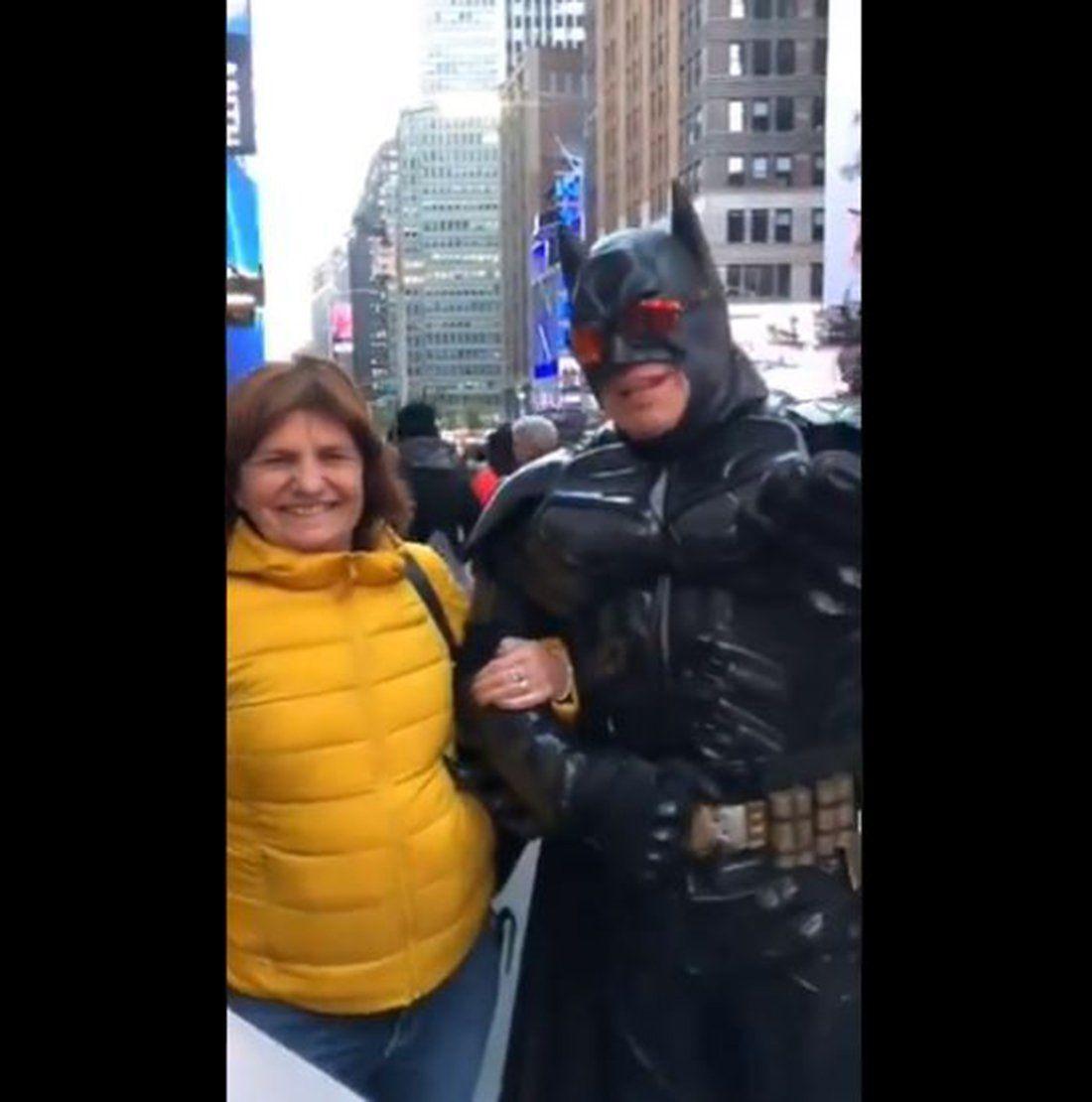 Patricia Bullrich cantó Vamos a volver con un Batman en Nueva York