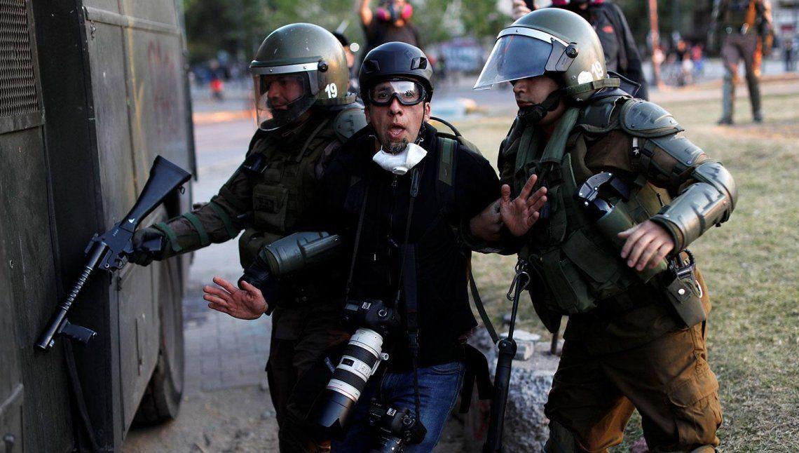 Chile: carabineros liberaron a un fotógrafo argentino detenido en las protestas