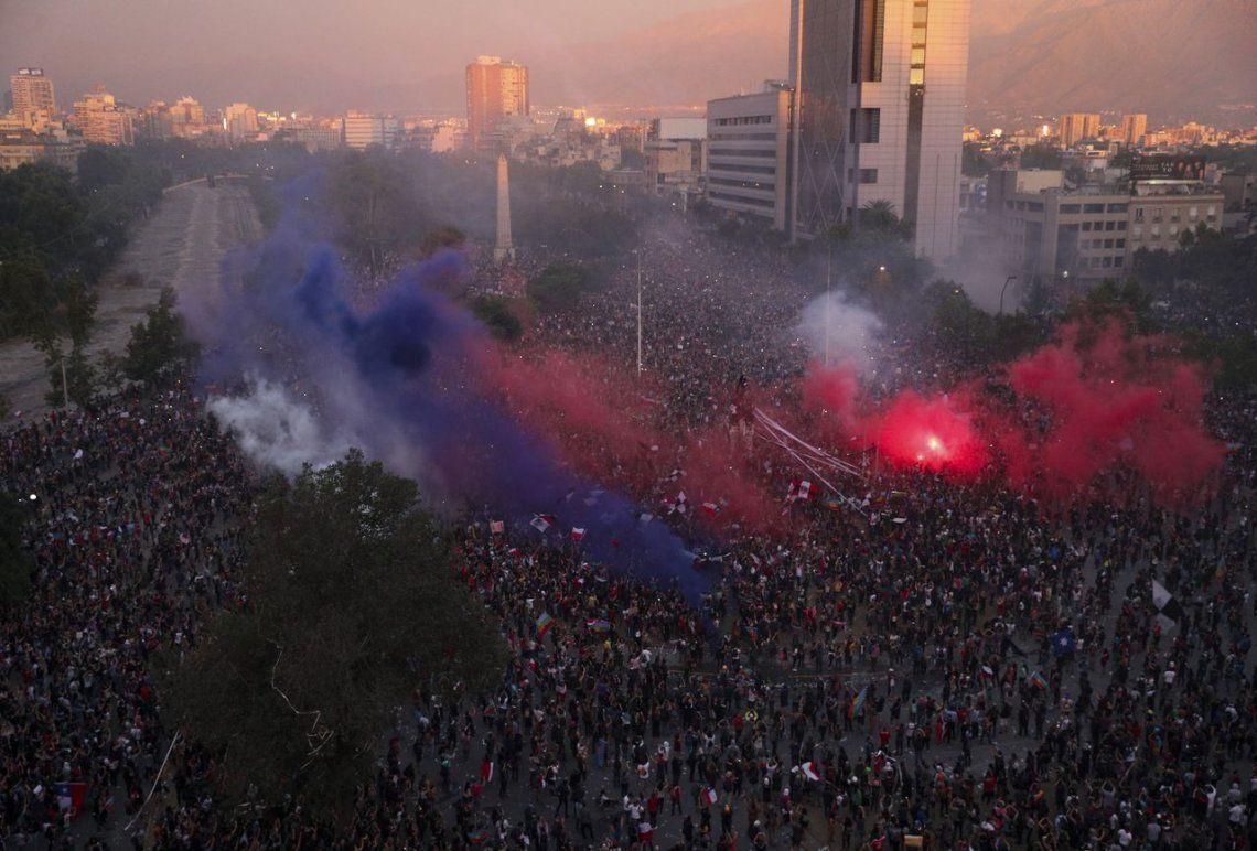 La tercera marcha más grande de Chile: el país lleva tres semanas de manifestaciones pacíficas y disturbios muy violentos