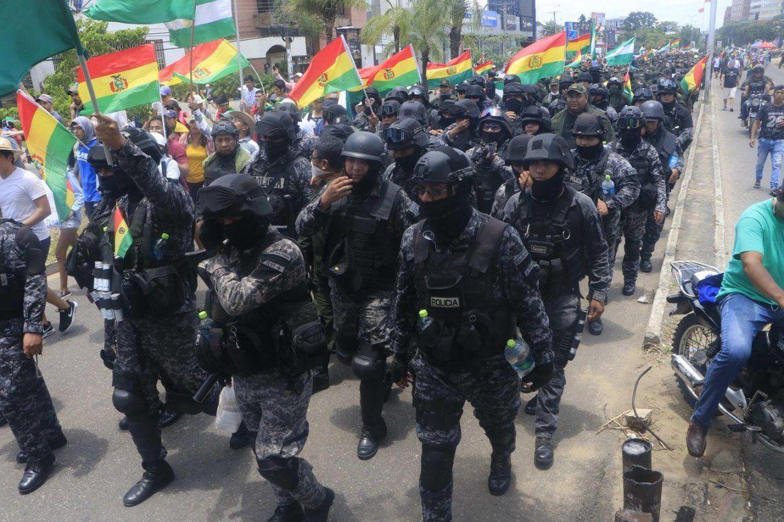 Bolivia: policías se amotinaron en tres ciudades contra Evo Morales
