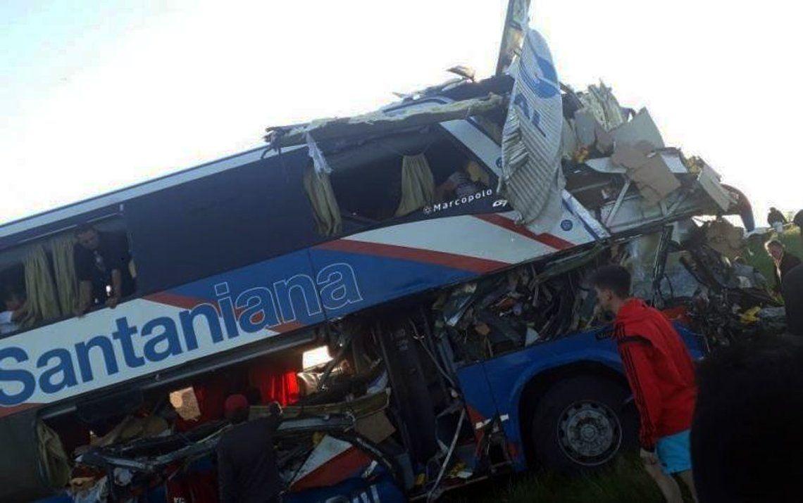 Gualeguaychú: cinco muertos por el choque entre un camión y un colectivo
