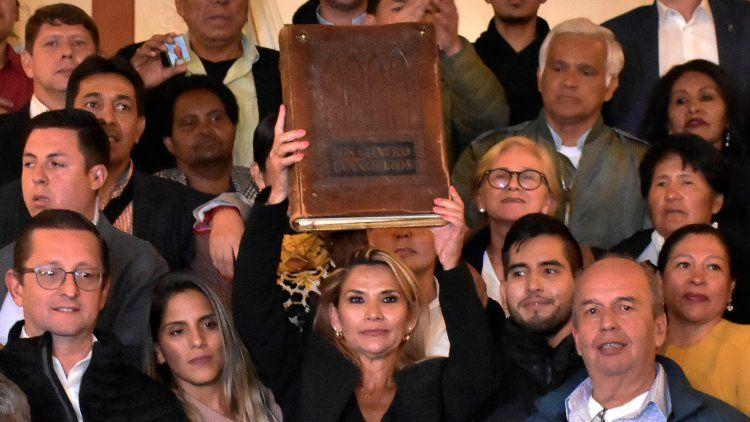 Jeanine Añez asumió ayer la presidencia de Bolivia y debe llamar a elecciones.