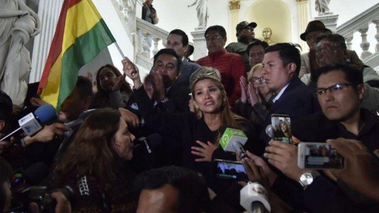 Las FFAA y la Policía reconocieron a Áñez como presidenta