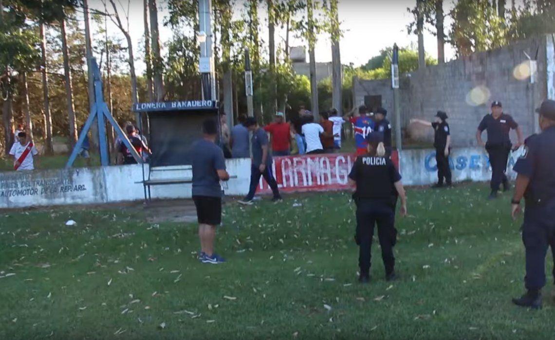 El fútbol se volvió a teñir de violencia: brutal batalla campal en un partido por la Copa Ciudad de Baradero