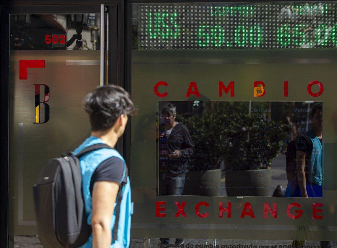 El dólar oficial cerró sin cambios a $62,50 y bajó el blue a $65