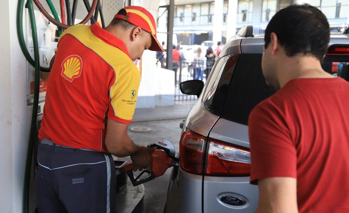 Las petroleras volverán a subir el precio del combustible en diciembre aduciendo un atraso con la importación.