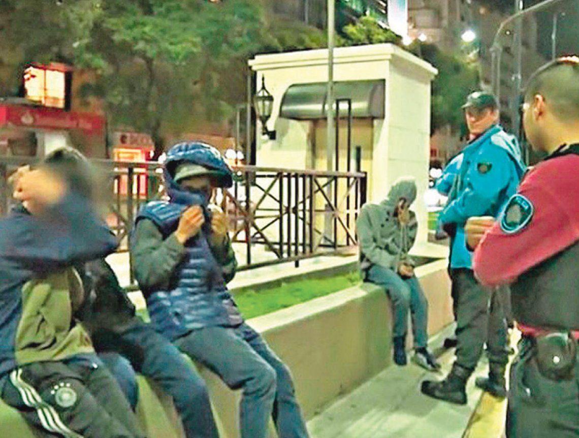 Robos pirañas de celulares jaquean el transporte público en la Ciudad de Buenos Aires y el Conurbano