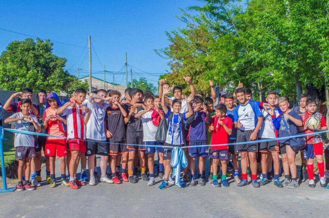 Chicos del Club María Angélica participaron en la inauguración de los pavimentos.