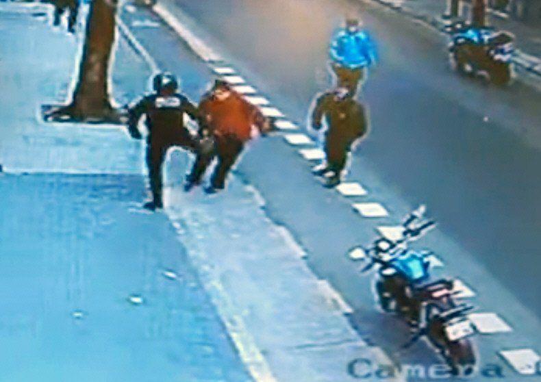 Las cámaras de seguridad mostraron toda la secuencia de la agresión del policía contra la indefensa víctima.