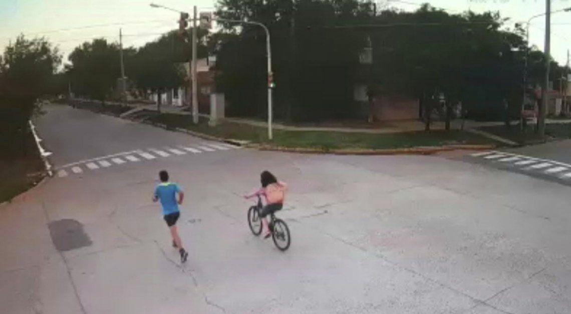 En una filmación se ve a la joven andando en bicicleta junto a un joven que va corriendo.