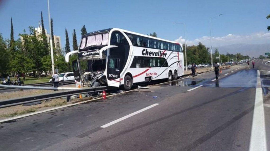 Mendoza: 25 heridos al chocar un micro contra un poste