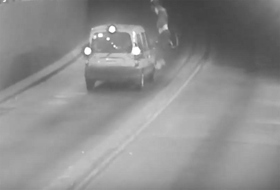Morón: entró a contramano a un túnel y chocó contra una moto
