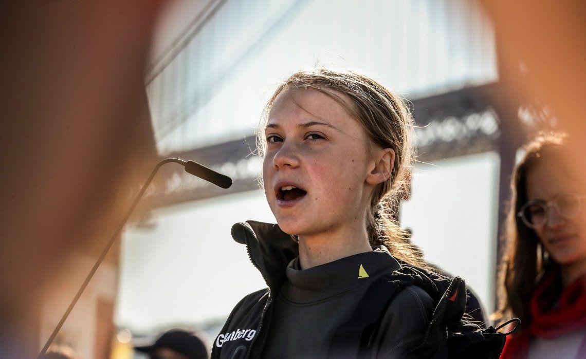 La joven activista pronuncia un discurso a su llegada al muelle de Santo Amaro